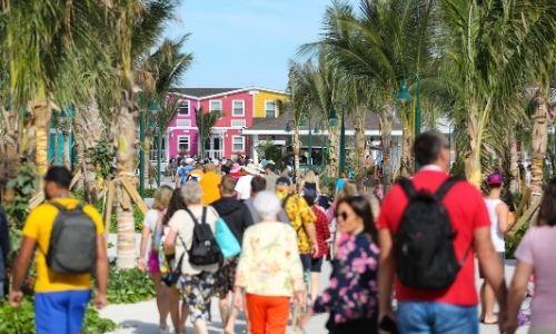 ville colorée au loin avec un nombre important de touristes sur toute la photo qui se dirigent vers cette ville