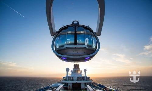 cabine suspendue au-dessus d'un bateau de croisière qui donne la vue sur la mer