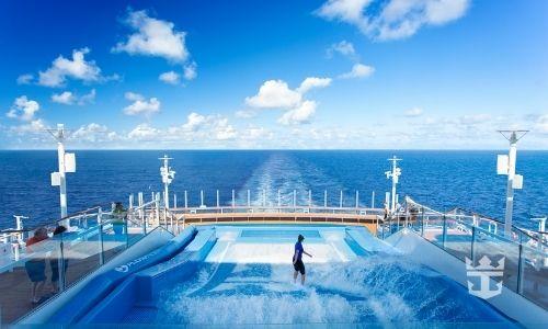 simulateur de surf face à la mer dans un bateau de croisière Royal Caribbean avec une personne en train de surfer