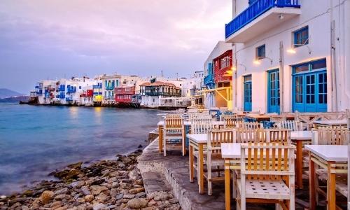 Tables et chaises en bord de mer, cadre charmant