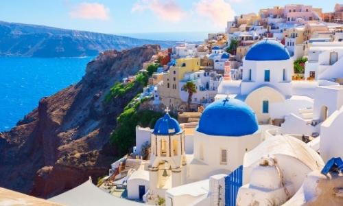 Île de Santorin en Grèce avec maisons blanches aux toits bleus, habitations, rochers, vue me