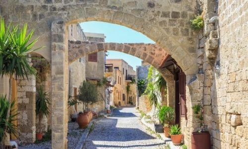 Magnifique rue de la ville de Rhodes