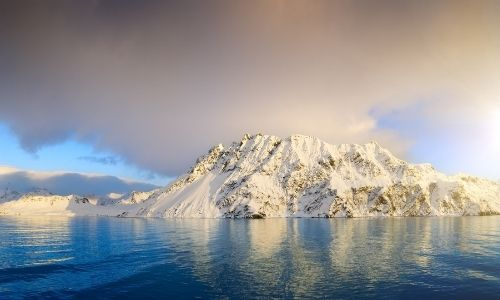 Grand paysage enneigés et mer dans la région Antarctique