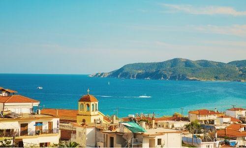 Paysage méditerranéen avec des habitations au premier plan et la Grande Bleu au fond
