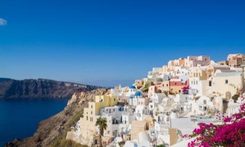 Paysage grecques avec des maisons blanches sur des falaises