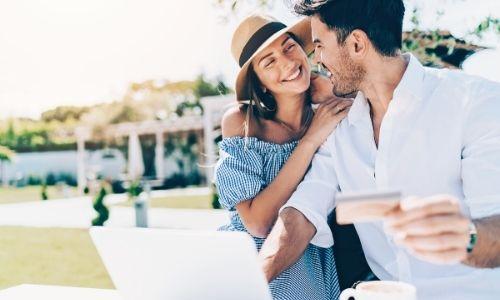 couple qui sont prêt à acheter leur voyage par carte sur ordinateur