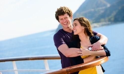 couple heureux sur le pont d'un bateau de croisière