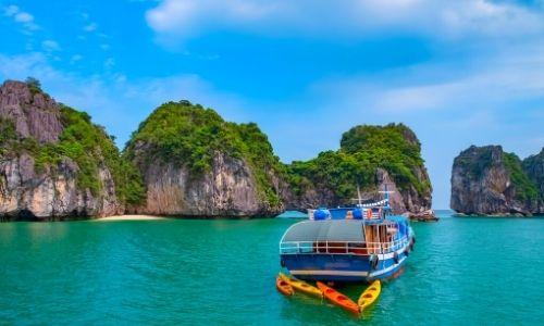 Paysage avec des falaises et des eaux d'Asie