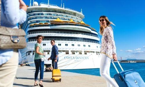 Passagers d'un bateau qui sont sur le point d'embarquer sur le Costa Diadema