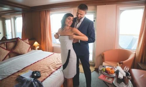 Homme aidant sa femme à mettre sa robe, tenues élégantes, dans leur cabine