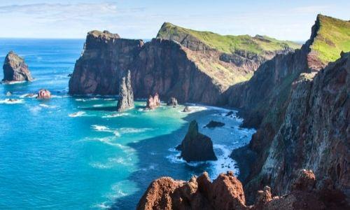 Paysage luxuriant de l'océan et des rochers à Madère