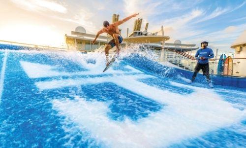Le FlowRider de la Royal Caribbeanet un surfer