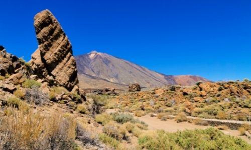Les monolithes du parc national du Teide à Tenerife et le volcan Teide