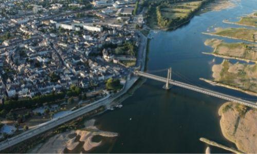 Vue aérienne de la ville de Ancenis et son chateau au bout du pont