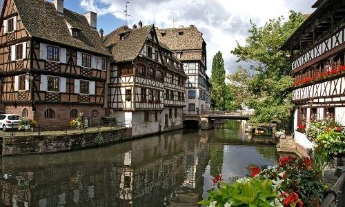 Le quartier de la petite France à Strasbourg et la maison des tanneurs à droite