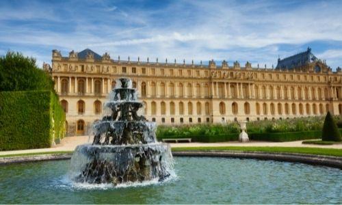 L'une des façade du château de Versailles et une fontaine