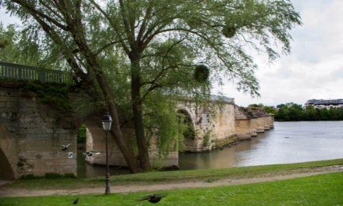 Le vieux pont de la ville de Poissy