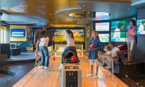 Des enfants s'amusent au bowling de MSC