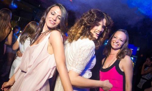 Trois adolescentes qui dansent à la discothèque du Club ados