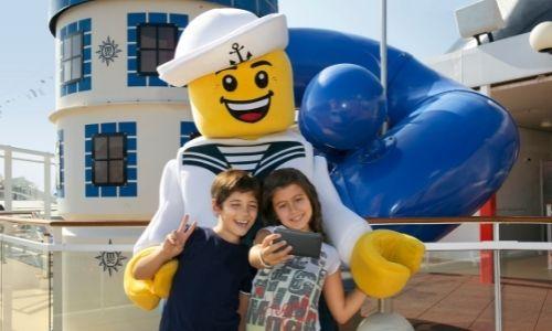 Une figurine Légo et deux enfants prennant un selfi