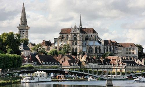 Centre ville d'Auxerre et sa magnifique Cathédrale Saint-Etienne vu de l'Yonne