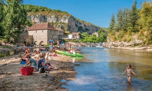 Des touristes de plaisance se baignent dans le Lot