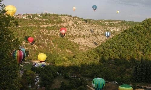 Les montgolfières multicolores s'envolent au dessus de la vallée du Lot