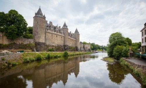 Le château de Josselin est au bord de l'Oust, la photo est prise de côté depuis le pont du village