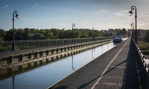 Les pont-canal de Briare traversé par un bateau sans permis