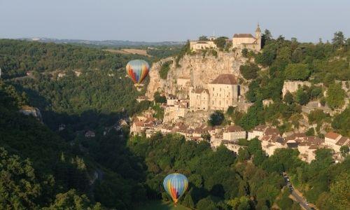Deux montgolfières survol Rocamadour, village du Lot