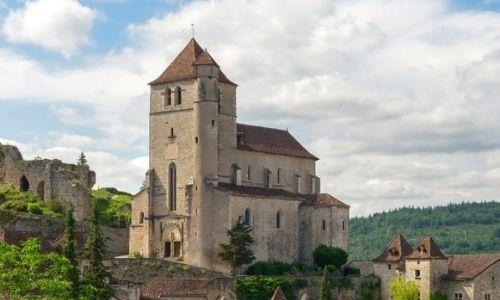 L'église de St-Cirq-Lapopie dominant les habitations en pierre du village.