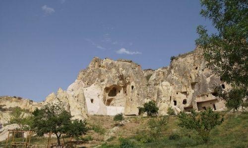 Grottes et cavités taillées à flanc de falaises, une météo clémente baigne le paysage de la lumière du soleil