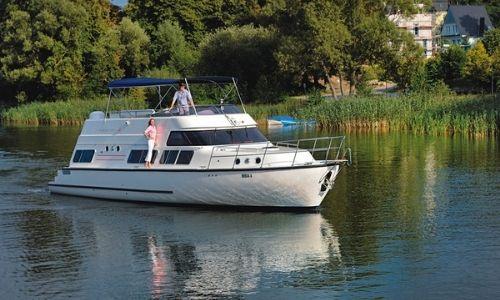 Un bateau sans permis de Locaboat et sa terrasse couverte, un couple est à bord
