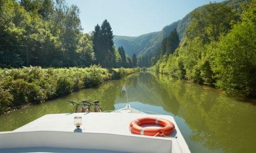 Les forêts denses d'Ardennes à bord d'un bateau sans permis