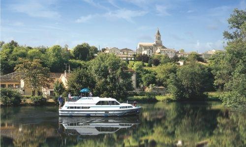 Un village paisible de Charente avec un bateau sans permis en premier plan