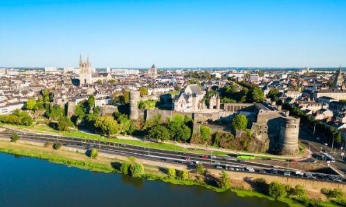 Vue semi aérienne sur Angers et son château médiéval. On peut aussi voir au 1er plan la Mayenne et en arrière plan la cathédrale d'Angers