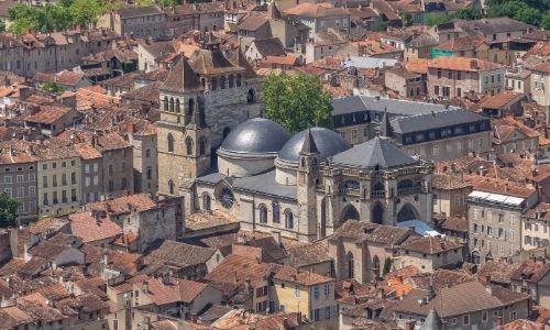 Vue semi-aérienne de la cathédrale Saint-Etienne de Cahors. On peut facilement voir ces deux coupoles noires et son clocher