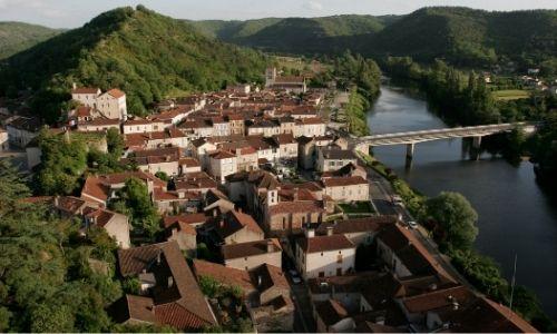 Une vue semi-aérienne du village de Luzech perché sur sa colline