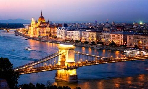 Le Danube passant à Budapest, le Parlement et le Pont aux Chaînes sont éclairés