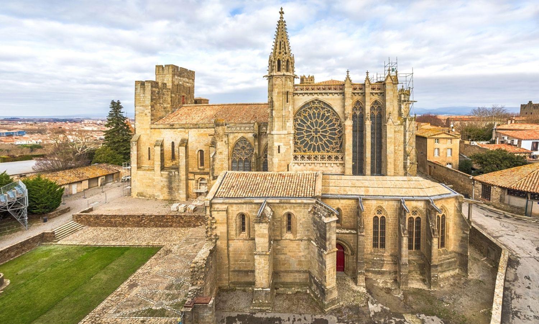 La basilique Saint-Nazaire prise de profil, on peut voir son clocher