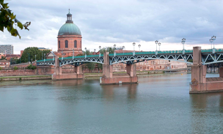 La Garonne franchi par le pont de Saint-Pierre qui mène au Dôme de la Grave