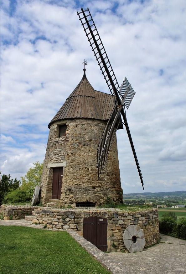 Ancien et authentique moulin à vent fait de pierre