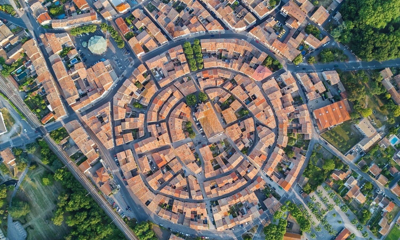 Vue aérienne de la concentricité du village de Bram