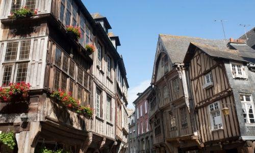 Les maisons à colombages de Dinan, les jardinières aux fenêtres sont fleuries