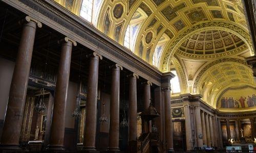 La nef dorée et peinte de la cathédrale Saint-Pierre de Rennes