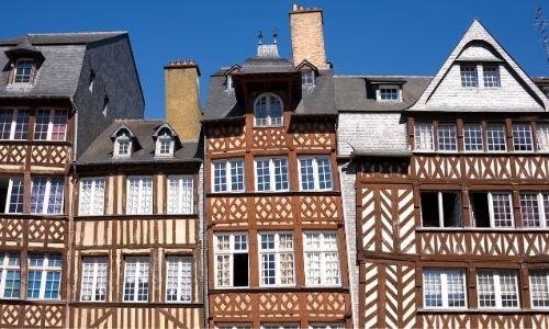 La façade penchée des maisons à colombages de la rue du Champ-Jacquet