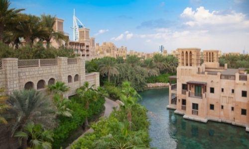 Complexe hôtelier de Madinat Jumeirah et le Burj-al-Arab en fond
