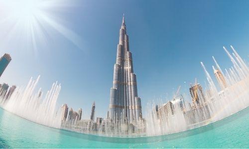 Le Burj-Khalifa derrière la grande fontaine du même nom