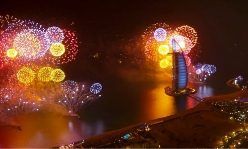 Le feu d'artifice du Nouvel an devant le Burj-al-Arab