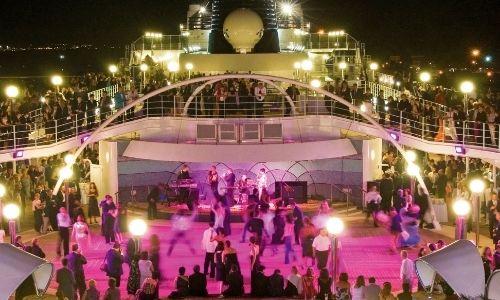 Soirée musical et piste de danse animé à l'extérieur du bateau